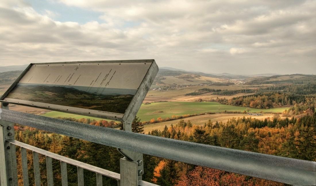 SZ pohled na obec Třemešná, na horizontu Sv. Roch na státní hranici s Polskem