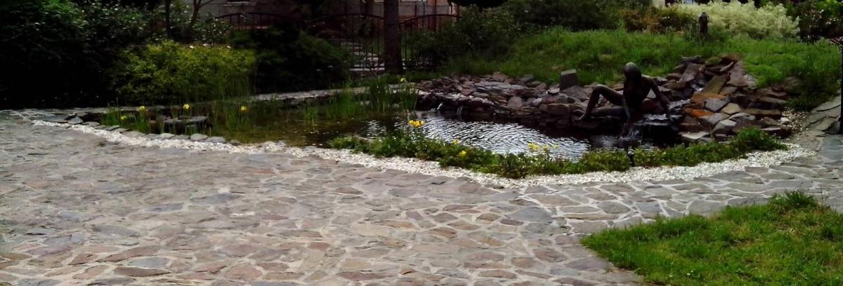 Okrasné zahradní jezírko v Ostravě.