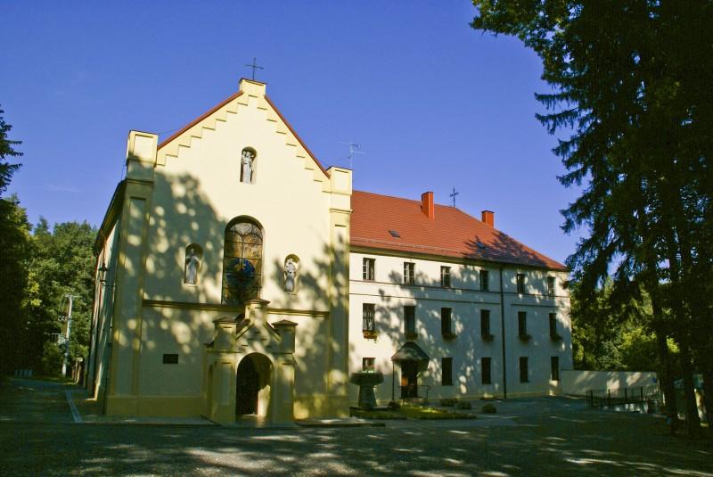 Sanktuarium św. Józefa wraz z klasztorem oo. Franciszkanów położone są w prudnickim lesie, na wzniesieniu o nazwie Kozia Góra (317m n.p.m.).