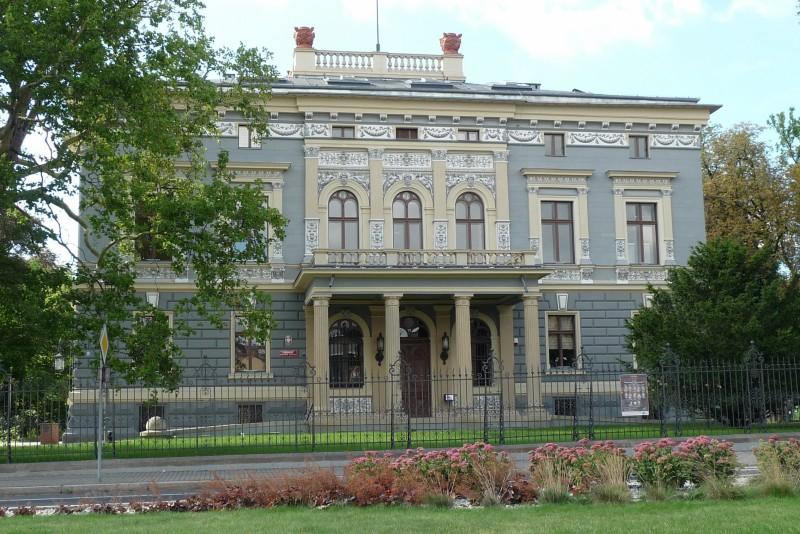 Dziewiętnastowieczna Willa Rodziny Fränkel jest dziś własnością Prudnika. Została odrestaurowana w 2011r. i mieści się w niej obecnie Prudnicki Ośrodek Kultury.