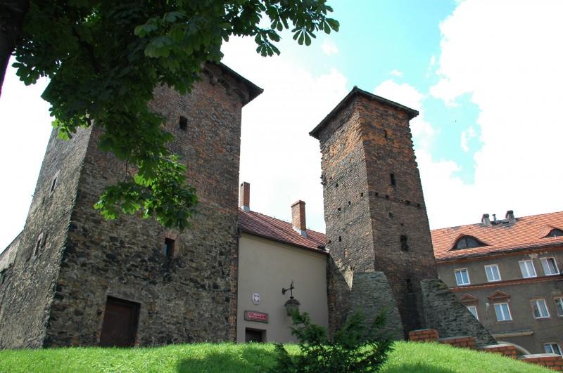 Arsenał - siedziba Muzeum Ziemi Prudnickiej mieści się w budynku przylegającym do XV - wiecznych murów miejskich i dwóch baszt. W średniowieczu składano tu broń. W późniejszym okresie obiekty były więzieniem miejskim, wieżą ciśnień i schroniskiem.