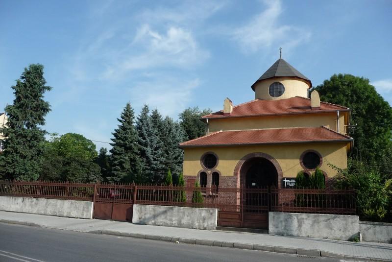 Cmentarz został założony w 1860r.  Tuż przy cmentarzu znajduje się budynek, który pełnił niegdyś rolę domu pogrzebowego. Dziś stanowi on salę modlitw wyznawców Kościoła Zielonoświątkowego.