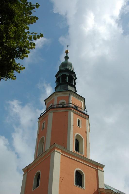 Obecna forma kościoła pochodzi z XVIII wieku i reprezentuje styl późnobarokowy. Jest on położony w miejscu pierwszej prudnickiej świątyni, wzniesionej w roku powstania miasta (1279r.).