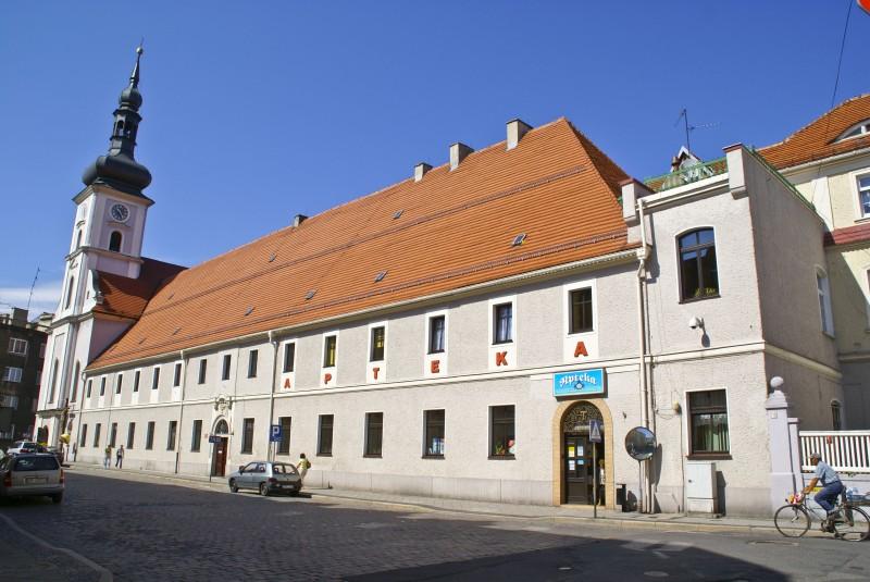 Kościół św. Piotra i Pawła pochodzi z końca osiemnastego wieku, a tuż przy nim znajduje się klasztor prowadzony przez oo. Bonifratrów.